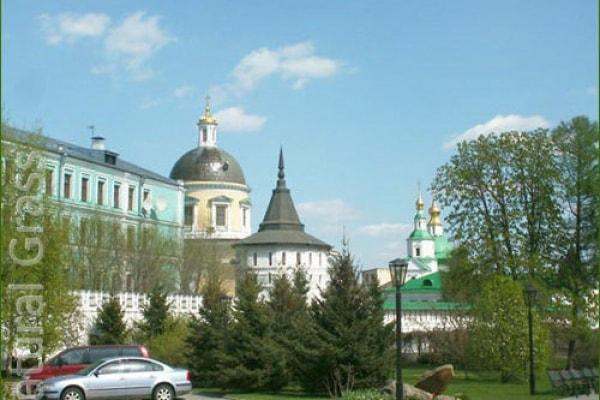 Газон у Даниловского монастыря Москвы