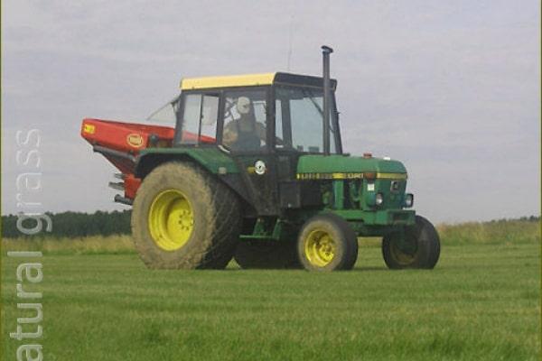 Подкормка газона удобрениями